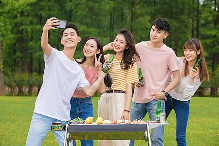 青年大学生野餐自拍图片
