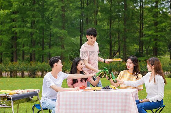 青年朋友野餐烧烤图片