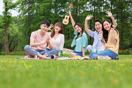 青年大学生户外野餐图片