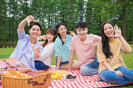 青年朋友野餐娱乐图片
