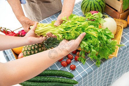 拿着水果蔬菜的双手