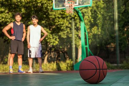 男青年篮球友谊图片