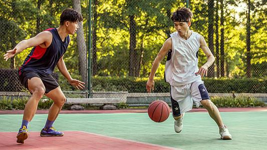 打篮球单挑图片