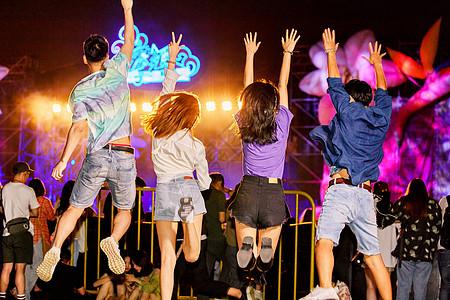 青年男女参加音乐节图片