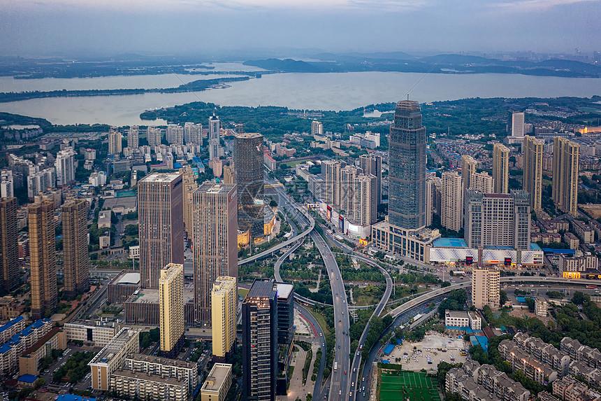 航拍城市建筑和东湖图片
