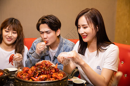 青年聚会吃小龙虾图片