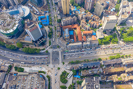 航拍车水马龙的都市十字路口图片