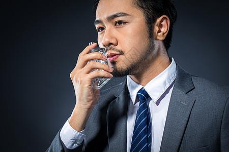 男士喷香水图片