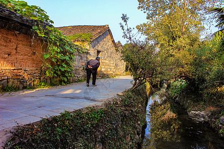 佝偻背的老人走在乡村小路上图片