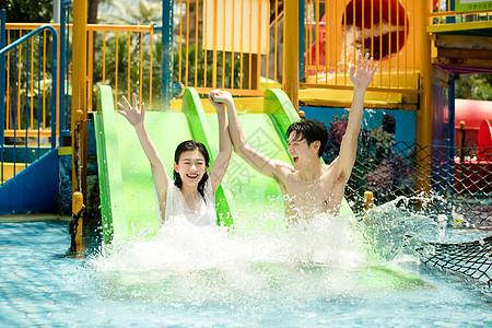 情侣戏水滑滑梯图片