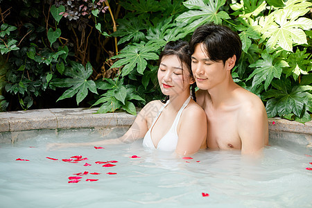情侣泡温泉图片