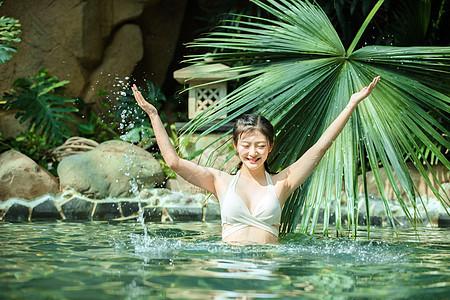 美女泡温泉图片