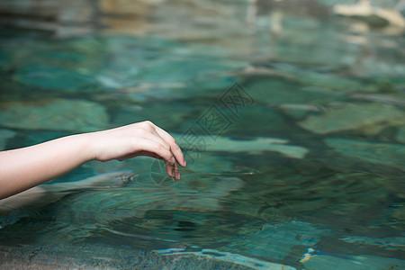 触碰水面的手图片