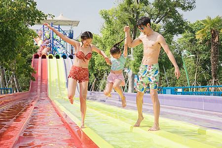 水上乐园家人戏水图片