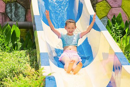 小女孩戏水玩滑梯图片