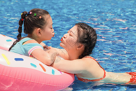 水上乐园母女戏水图片