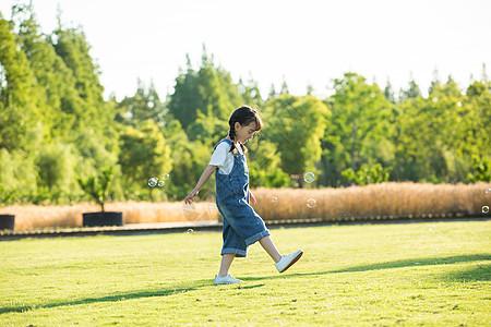 小女孩草地玩耍图片
