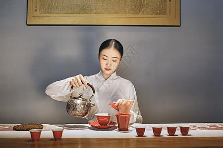 女茶艺师倒茶图片