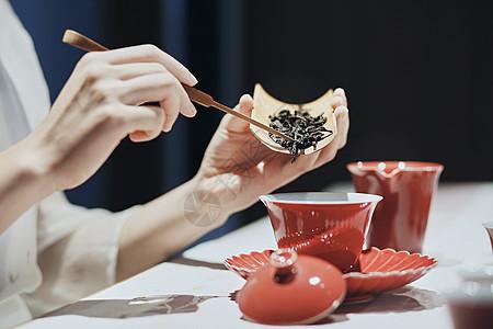 女茶艺师倒茶叶图片
