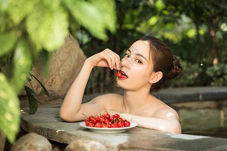 女性泡温泉吃樱桃图片
