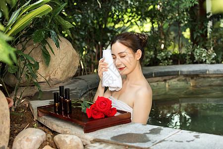 女性温泉护肤图片