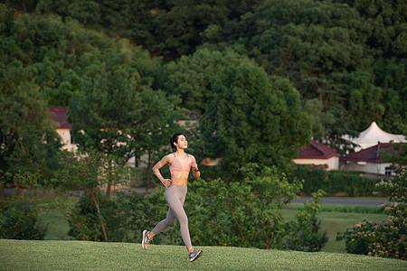 女性户外慢跑图片