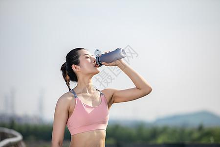 女性户外运动健身喝水图片