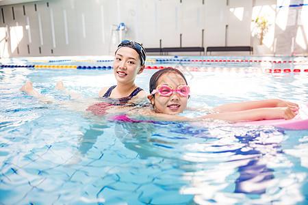 儿童游泳培训图片