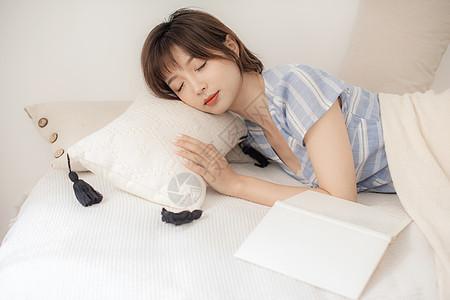 短发美女居家午睡图片
