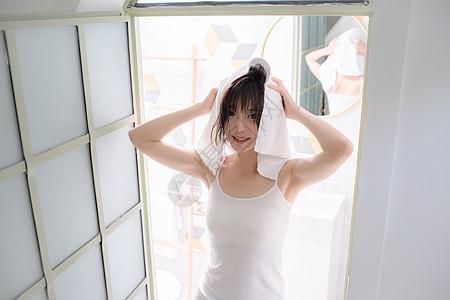 美女用毛巾擦头发图片