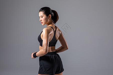 运动女性背部肌肉图片
