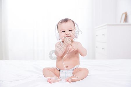 外国婴儿听音乐图片