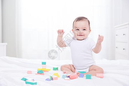 外国婴儿玩积木图片