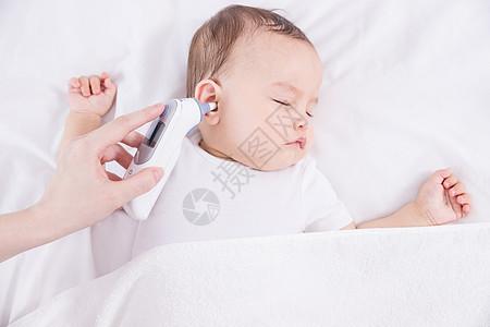 外国婴儿量体温图片