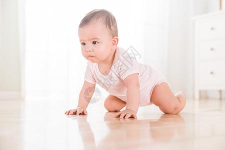 外国婴儿爬行图片