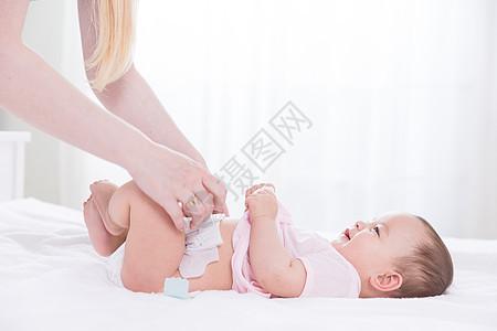 母婴换尿布图片