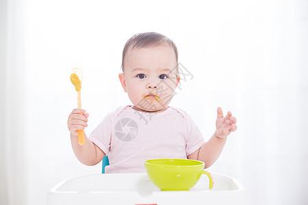 外国婴儿吃辅食图片