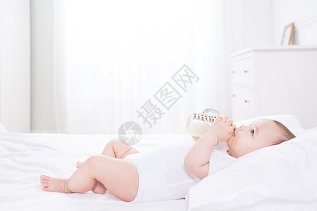 外国婴儿喝奶图片