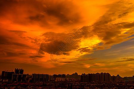 城市上空的火烧云图片