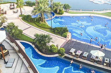 豪华度假酒店的户外泳池图片