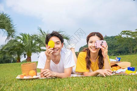 青年情侣户外野餐图片