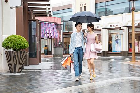 情侣下雨逛街购物图片