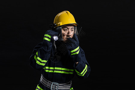 消防员搜寻动作图片
