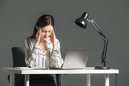 女性熬夜加班图片