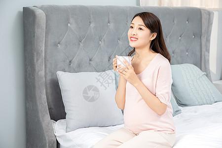 孕妇喝水图片