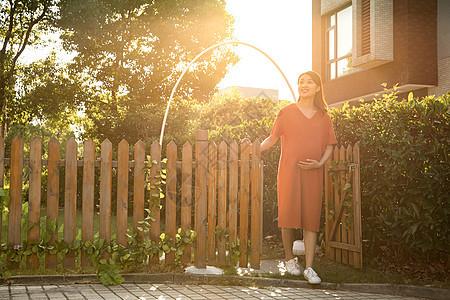 孕妇户外散步图片