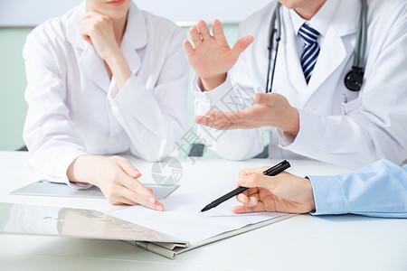 医疗团队会议讨论特写图片