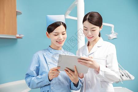 牙科医生和护士讨论工作图片
