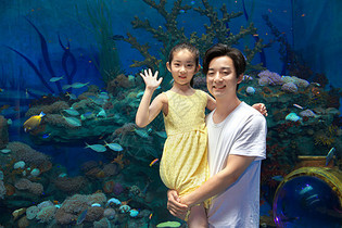 年轻父女参观海洋馆图片