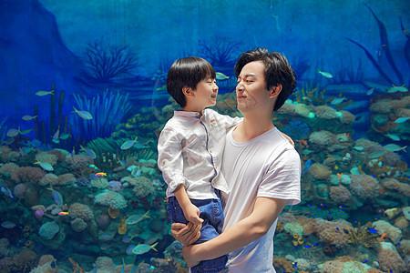 年轻父子参观海洋馆图片